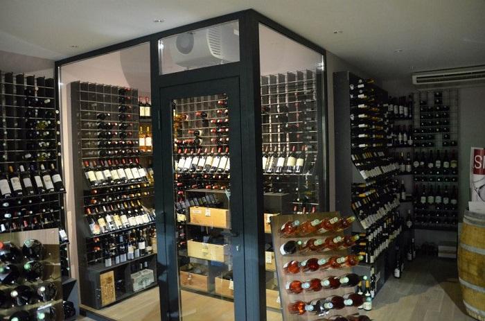 Stanza vino completa di climatizzatore for Arredamento enoteca