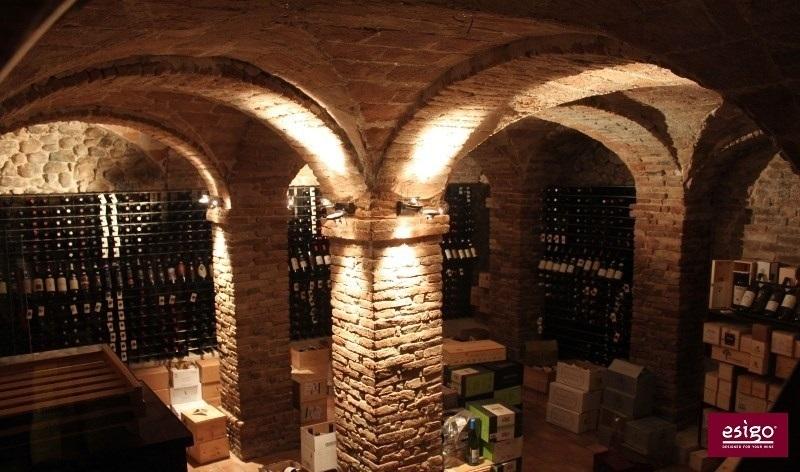 Gallery arredamento esigo per punto vendita vino for Arredamento cantina vino